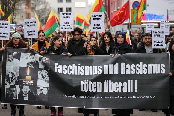 """Demonstranten houden een spandoek vast met de volgende boodschap: """"fascisme en racisme zijn overal dodelijk!""""."""