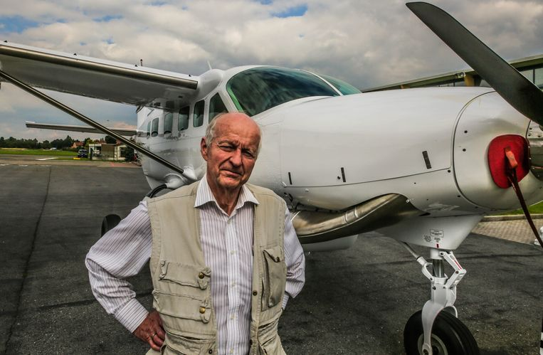 Marc Meuleman bij het Amerikaanse Cessna-vliegtuig, dat de komende jaren ingezet zal worden voor humanitaire hulp in Afrika.