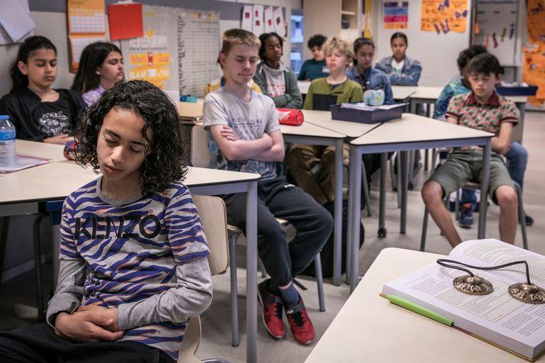 Leerlingen van Fatima Boutaka beginnen de dag met een mindfulnesstraining.  Beeld Dingena Mol