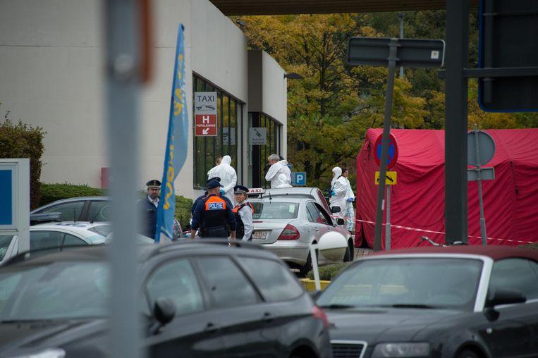 De politie voert onderzoek in de omgeving van het hotel.