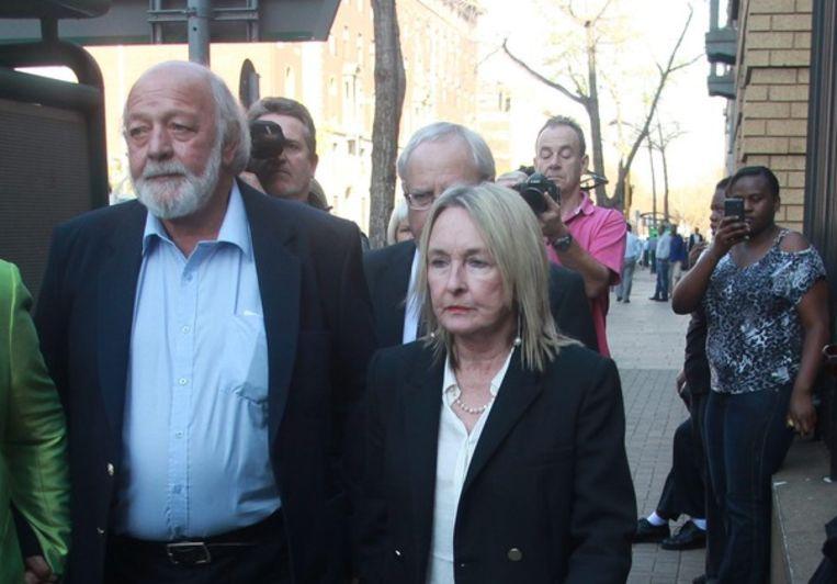 De ouders van Reeva Steenkamp op weg naar de rechtbank in Pretoria. Beeld epa