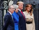 Premier May en haar man Philip gingen voor de deur van Downing Street 10 op de foto met de president en diens vrouw Melania.