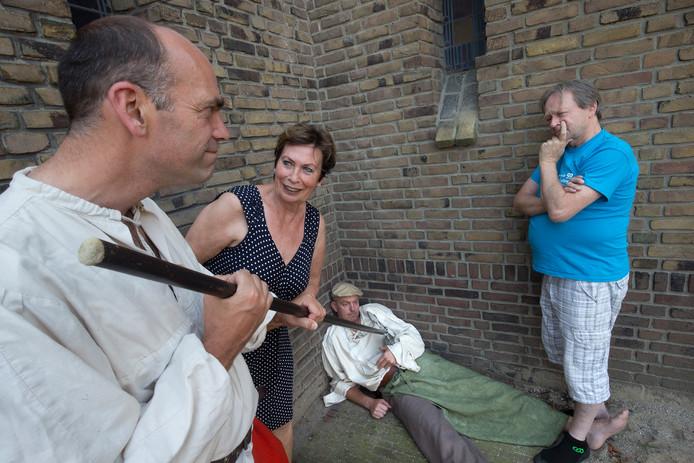 Ewout Wessels 'vermoordt' Richard Elbers. Theo Soontiëns en Els Bakker kijken toe.