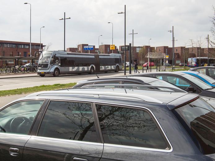 Geparkeerde auto's bij de bushalte in Meerhoven.