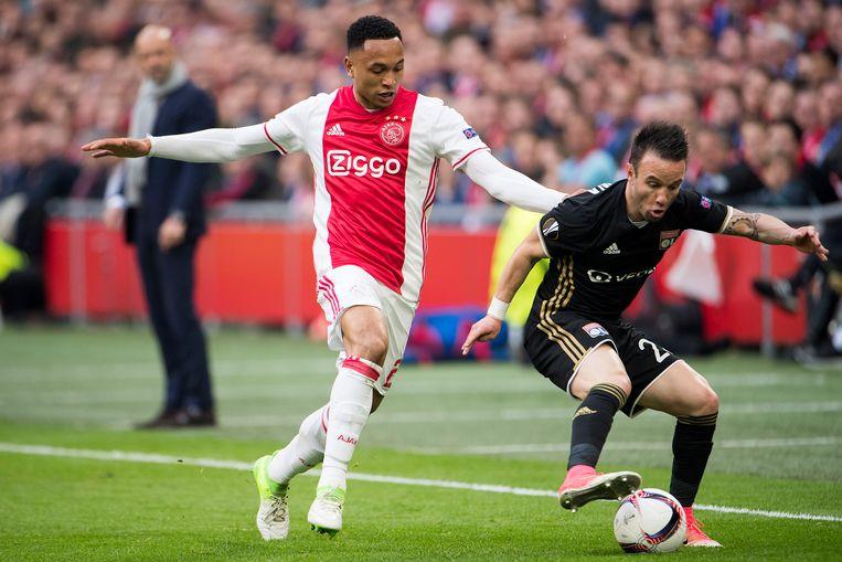 Kenny Tete zit Valbuena, middenvelder van Lyon op de hielen. De Ajacied trekt nu naar de Franse club.