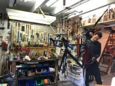 Wielrenner Ten Kortenaar sleutelt nu zelf aan fietsen: 'Sinds het coronavirus loopt de zaak goed'