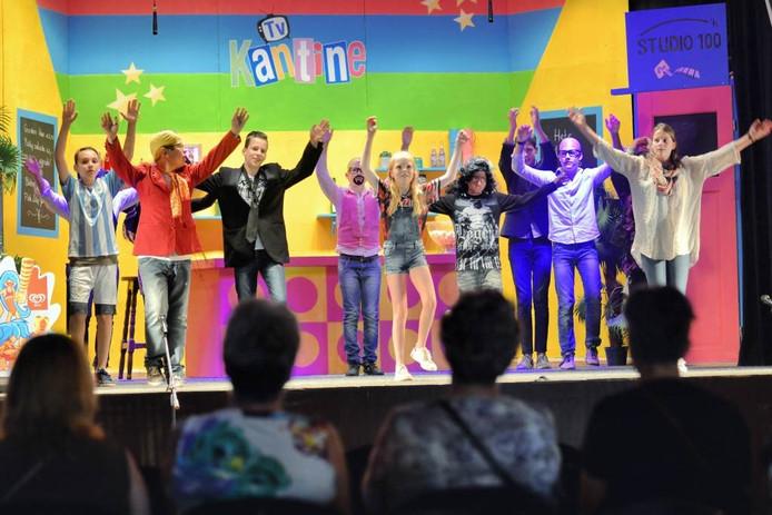 De achtstegroepers van basisschool Mariadonk waren behoorlijk zenuwachtig. Maar het zingen en dansen verliep prima. Foto peter van trijen/PX4PROFS