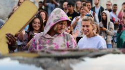 """Hailey Baldwin moest wennen aan media-aandacht Justin Bieber: """"Mijn familie zorgt ervoor dat ik dicht bij mezelf blijf"""""""