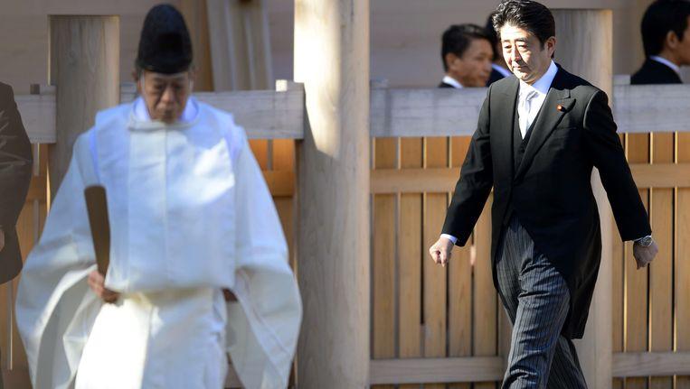 Premier Shinzo Abe tijdens zijn bezoek aan het Yasukuni-schrijn.