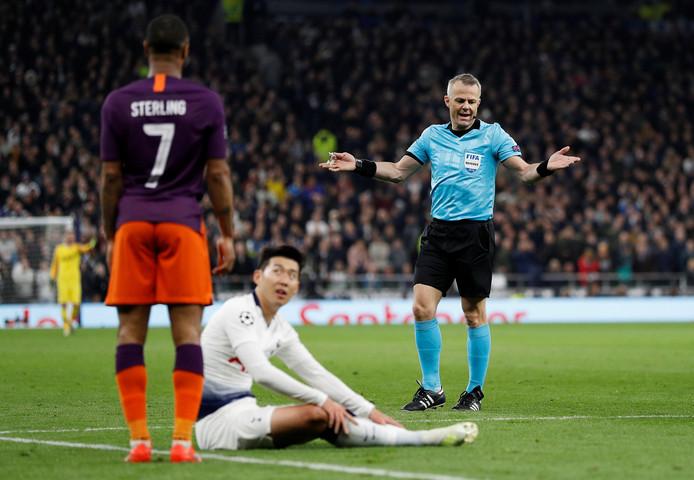 Bjorn Kuipers gebaart naar Raheem Sterling (City) na diens overtreding op Heung-min Son (Spurs).