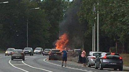 Auto uitgebrand vlakbij de Rijselpoort: inzittenden ongedeerd