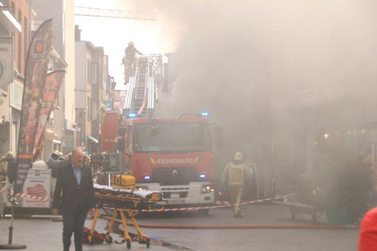 Dichte rook in de Vrasenestraat, die volledig moest afgesloten worden. Alle winkels moesten noodgedwongen de deuren sluiten.
