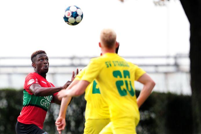 Kevin Bukusu in actie in het oefenduel met SV Straelen.