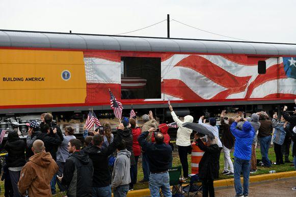 Mensen zwaaien en roepen naar de trein wanneer hij passeert door Navasota, Texas. Bush ligt in de zesde wagon opgebaard.