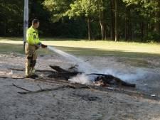 Brandweer blust kampvuur bij de Roeivijver in Drunen