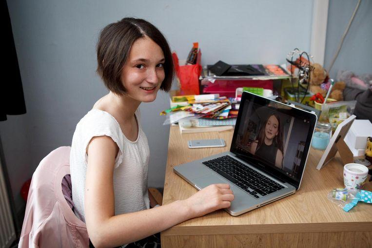 7f9350fffd6e34 Heike Claeys bekijkt het filmpje dat ze zelf op Youtube plaatste.