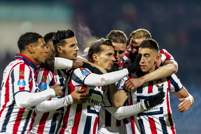 Willem II juicht na een doelpunt tegen VVV-Venlo.