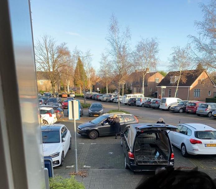 De uitvaartverzorger parkeerde zijn rouwauto tijdelijk deels op een invalidenplaats.