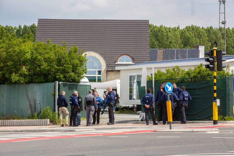 De agenten aan het terrein langs de Ninoofsesteenweg in Roosdaal.