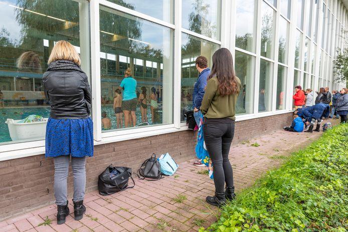 In Roosendaal moesten ouders buiten toekijken bij het afzwemmen van hun kind. In het Groenhoevenbad in Gouda mogen ze meezwemmen.