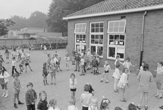 Deze week hebben we een foto uit 1972, gemaakt door Ben Steffen op een schoolplein ergens in de regio. Kinderen zijn tijdens de pauze buiten aan het spelen. Wie herkent hen? Waar is de foto gemaakt en waarom? We kijken uit naar uw reacties.