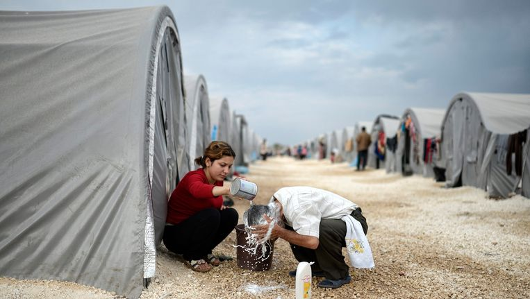 Syrische vluchtelingen in een opvangkamp in Turkije. Syriërs die in Nederland asiel aanvragen en hier verdacht worden van oorlogsmisdaden krijgen geen verblijfsvergunning, maar kunnen door de oorlog ook niet terug naar hun land. Beeld EPA