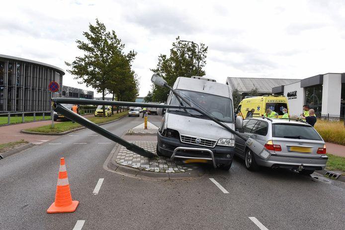 Auto botst tegen lantaarnpaal Oisterwijk.