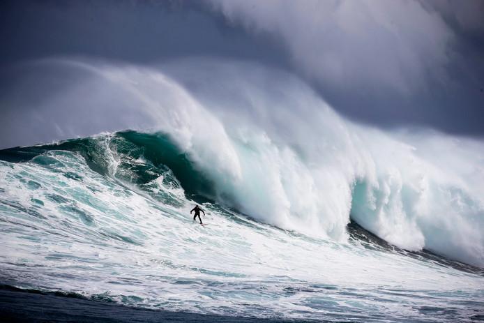 De Zuid-Afrikaanse windsurfer Jake Kolnik bedwingt een golf voor de kust van Kaapstad.