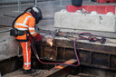 PR dgfoto Gelderlander Nijmegen: Groot onderhoud aan de Waalbrug. [OP DE FOTO: ROESTIGE DELEN VAN DE OUDE STALEN DWARSBALKEN EN LANGSLIGGERS ONDER HET WEGDEK WORDEN MET EEN SNIJBRANDER VERWIJDERD]