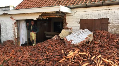 Tractor kantelt: 8.000 kilo wortelen breken deel huis af