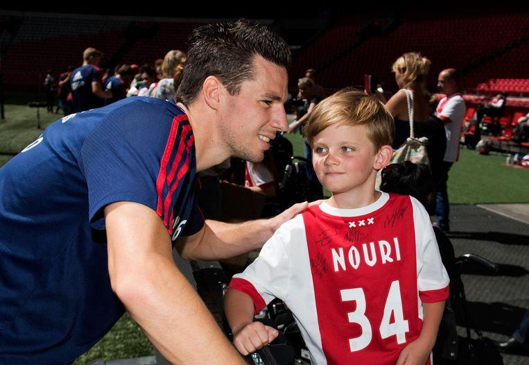 Veel jonge fans droegen tijdens de open dag een shirt met het rugnummer en de naam van de Nouri. Beeld ANP