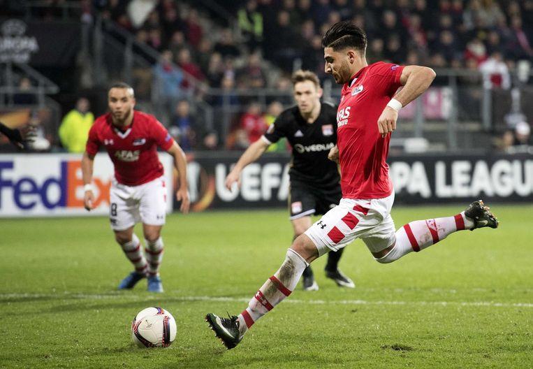 Alireza Jahanbakhsh van AZ scoort via een strafschop de 3-1 Beeld anp