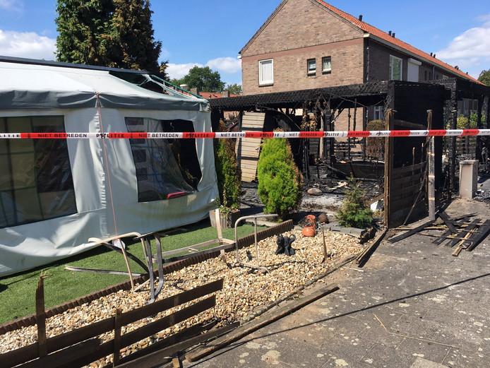 De brand brak uit achter het huis aan de Johannes Poststraat in Oss.
