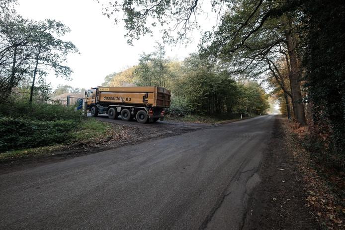 Archief foto: Vrachtwagen lossen vervuilde grond in kleiput Winterswijk.