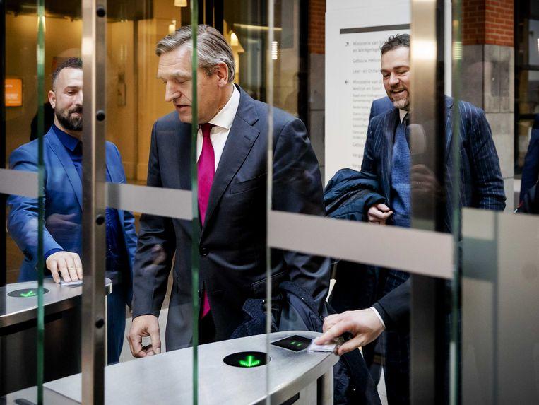 Fractievoorzitters Sybrand Buma (CDA) en Klaas Dijkhoff (VVD) komen na het coalitieoverleg naar buiten op het ministerie van volksgezondheid, welzijn en sport. Beeld ANP