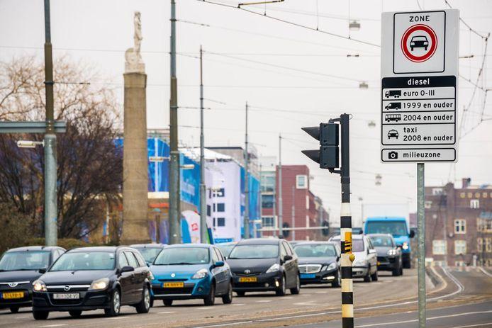 Veel verkeer in het centrum van Amsterdam.