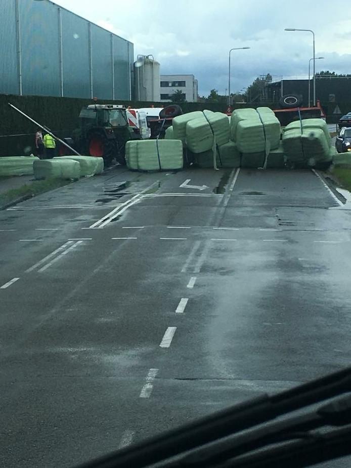 Een tractor kwam in Nijkerk op zijn kant terecht.