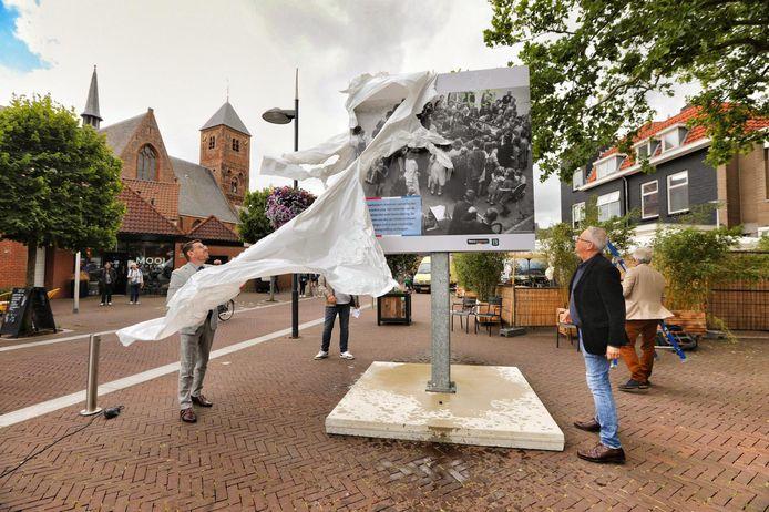 Burgemeester Bouke Arends onthult het fotopaneel in Naaldwijk. Rechts Jan Buskes van het Historisch Archief Westland.