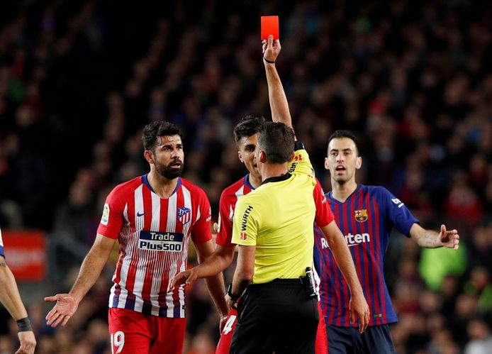 Diego Costa krijgt tegen Barcelona rood van arbiter Jesus Gil Manzano.