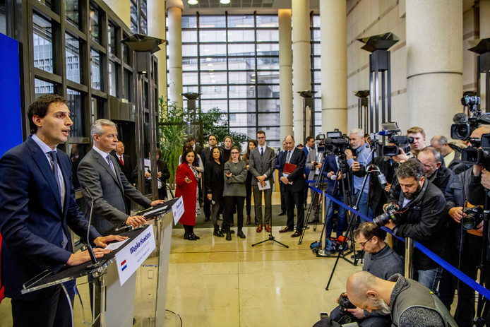 Minister Wopke Hoekstra van Financiën en zijn Franse ambtgenoot Bruno Le Maire geven een persconferentie.