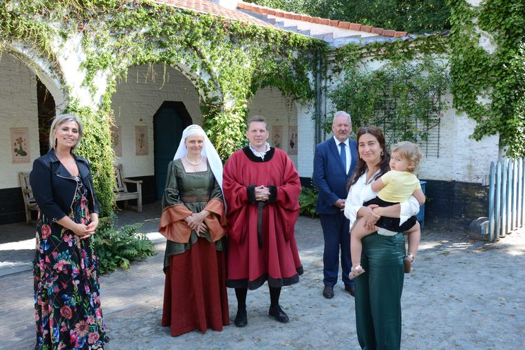 Hoog bezoek in Hof ter Saksen. Niemand minder dan Joos Vijd en zijn echtgenote Elisabeth Borluut mochten de minister verwelkomen in het kasteeldomein.