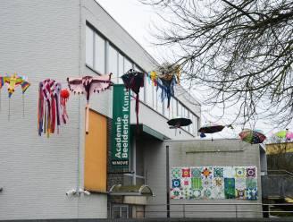 Leerlingen en leerkrachten kunstacademie fleuren omgeving op met paraplu's, vliegers en andere kleurrijke werkjes