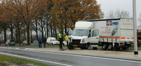 Vrachtwagen verspert N350 na kop-staartbotsing