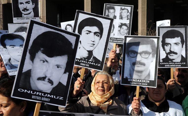 Turkse demonstranten voor het gerechtshof in Ankara in Turkije, 2012. Ze houden foto's omhoog houden van mensen die geëxecuteerd of overleden zijn in de gevangenis tijdens de militaire coup in 1980. Beeld epa
