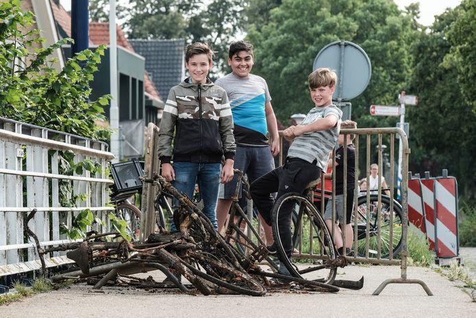 Magneetvissen in Doetinchem. Drie jongens hebben veel schroot uit het water gehaald.