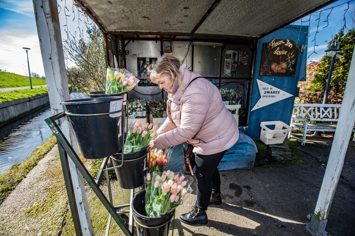 De stalletjes werden de afgelopen dagen druk bezocht. Veel mensen wilden siertelers een hart onder de riem steken, omdat er wegens de coronacrisis geen vraag meer is naar hun bloemen en planten.