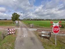 Machinist rijdt stapvoets en claxonnerend door Budel om inwoners aan trein te laten wennen