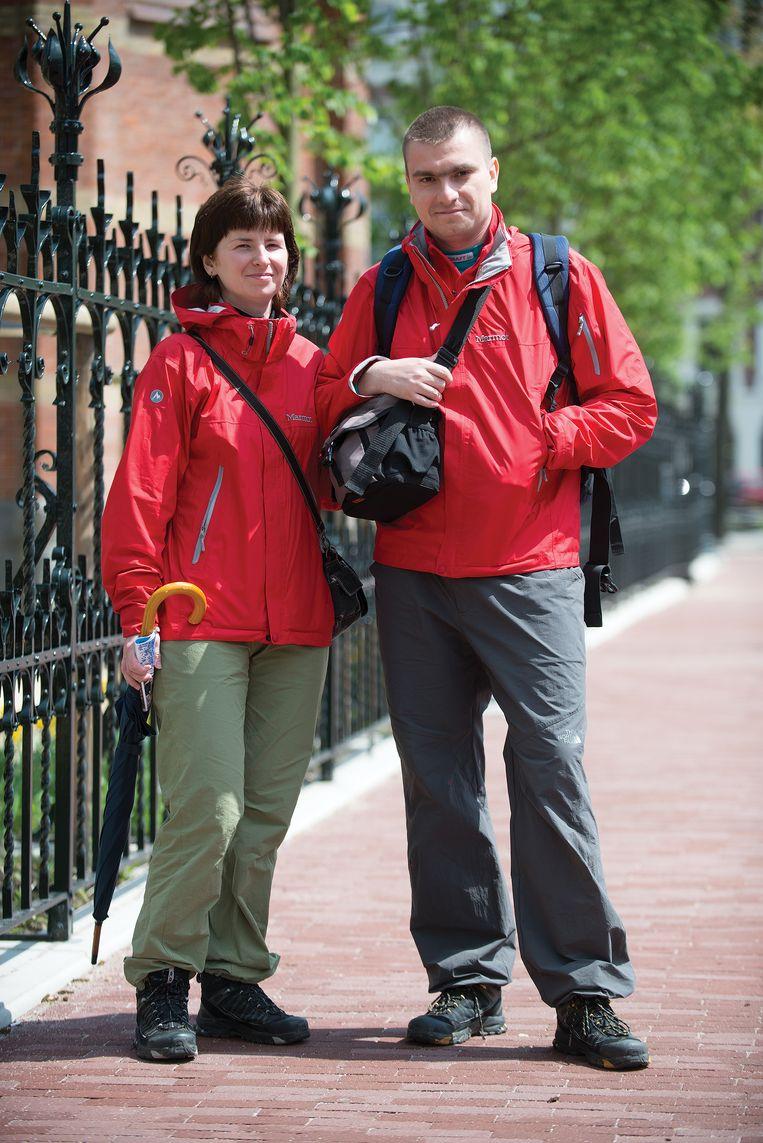 Elena en Jury in Moskou, uit een fotoserie van George Maas van mensen met dezelfde kleding. Beeld GEORGE MAAS