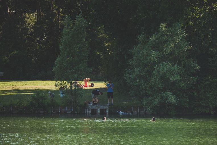 Wie naar de Blaarmeersen komt om te zwemmen zet zich aan de overzijde van het strand, aan de steigers voor vissers.