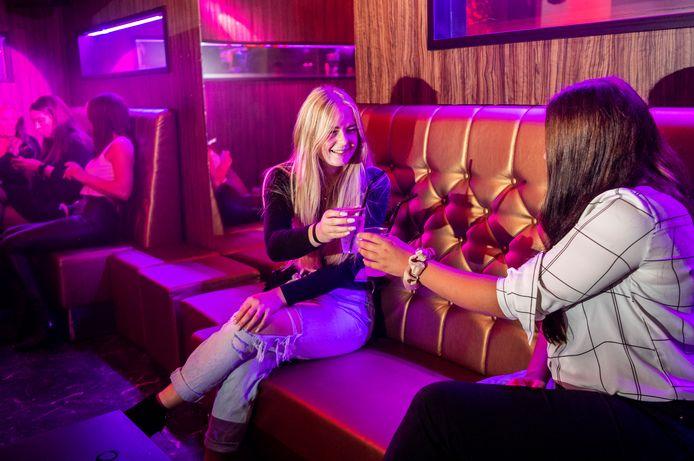Kaylee van Eijbergen (links) en Kyara Vogels uit Gorinchem zijn elk weekend in Club Heat te vinden.